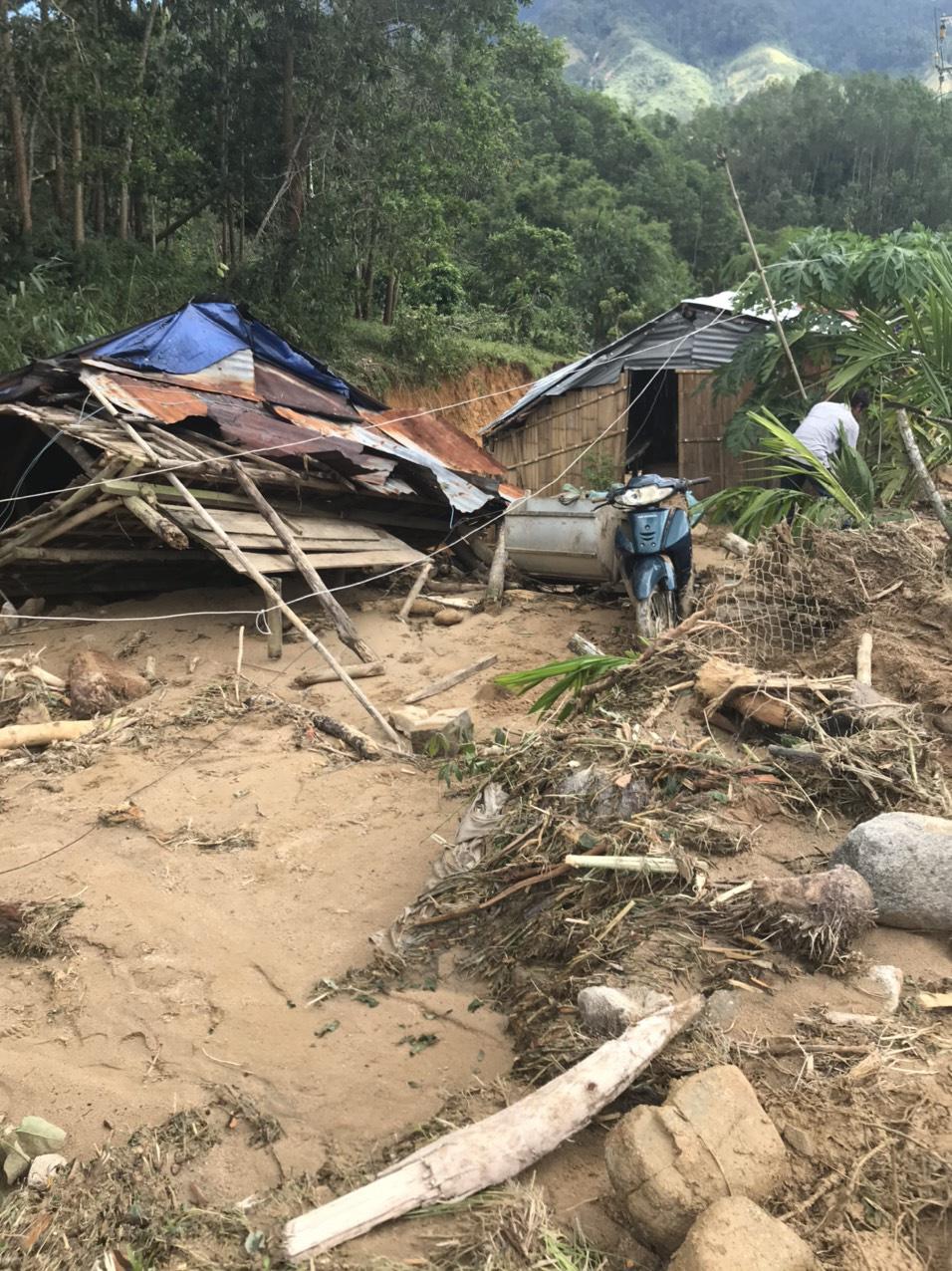 Quảng Ngãi: Lũ quét kinh hoàng cuốn trôi 6 nhà dân, khiến một ngôi làng có nguy cơ bị xóa sổ - Ảnh 9.