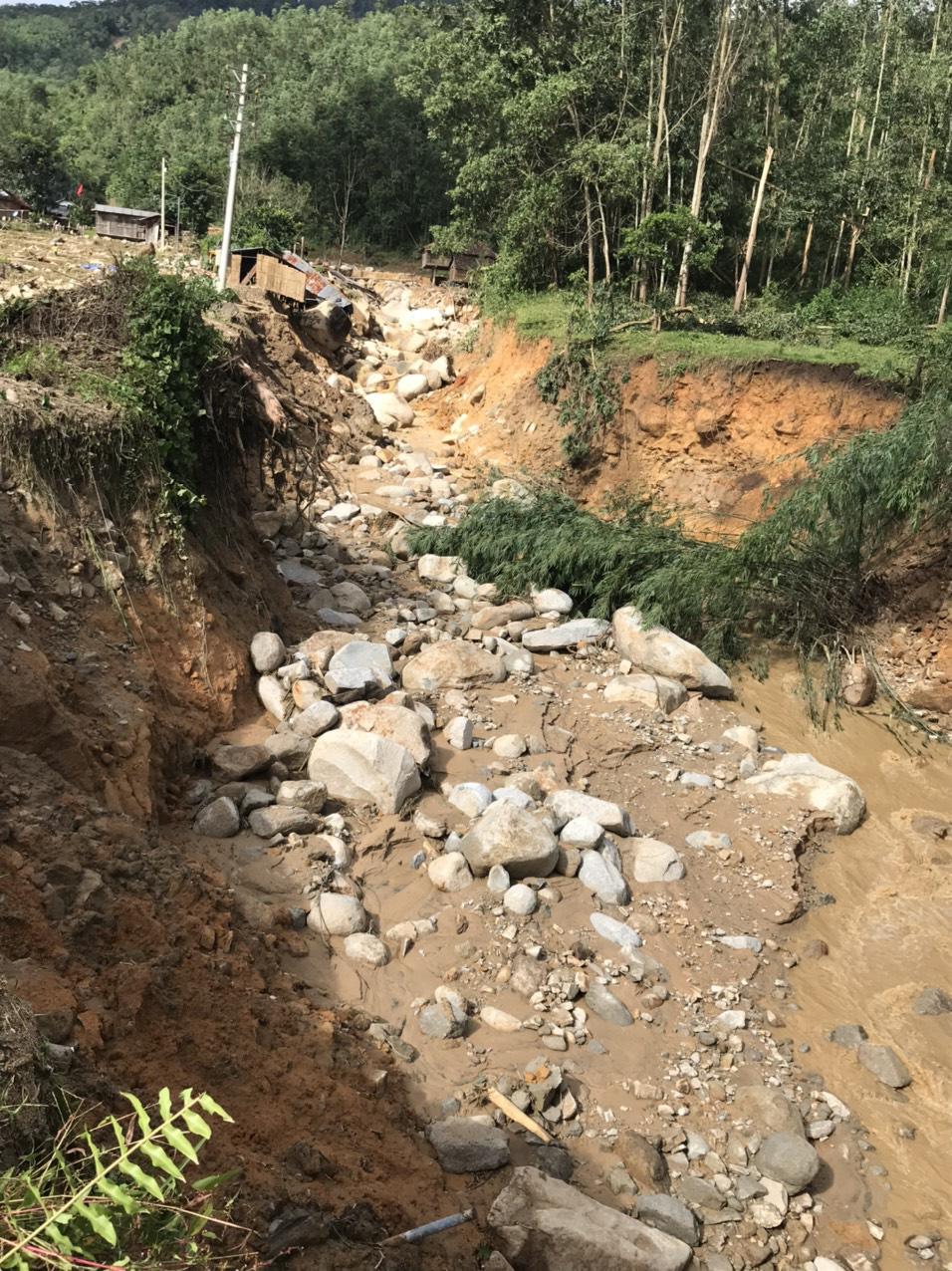 Quảng Ngãi: Lũ quét kinh hoàng cuốn trôi 6 nhà dân, khiến một ngôi làng có nguy cơ bị xóa sổ - Ảnh 7.