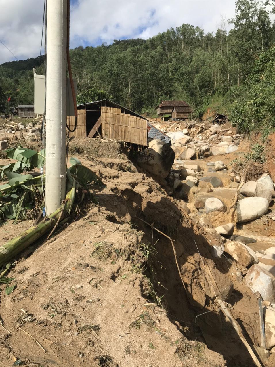 Quảng Ngãi: Lũ quét kinh hoàng cuốn trôi 6 nhà dân, khiến một ngôi làng có nguy cơ bị xóa sổ - Ảnh 6.