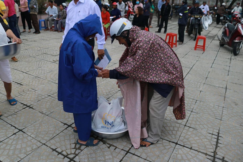 Trên 2,3 tỉ đồng hỗ trợ bà con Quảng Ngãi khắc phục thiệt hại bão lũ - Ảnh 5.