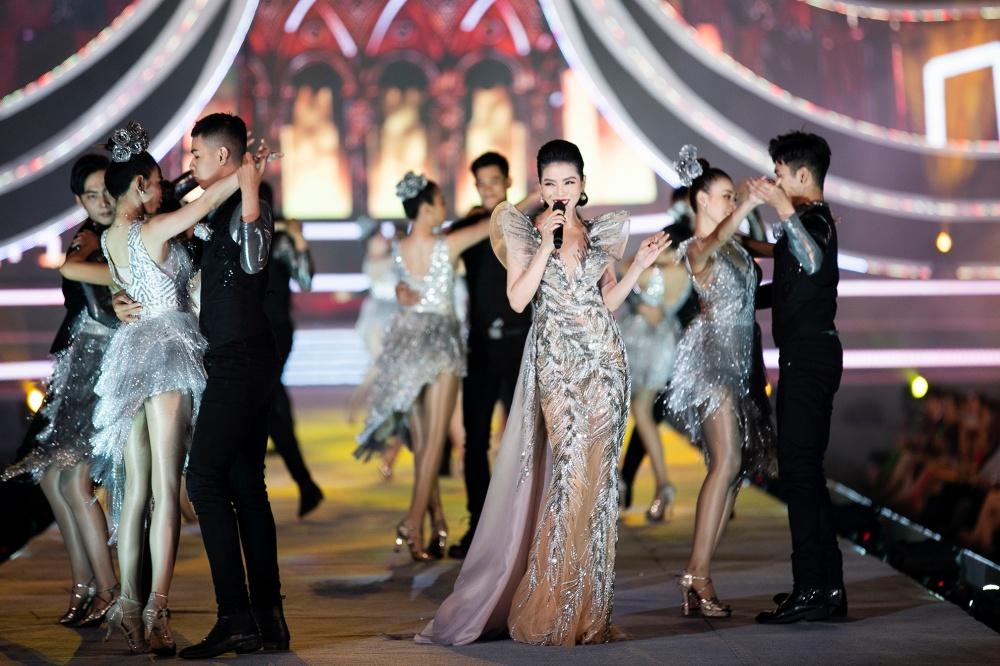 Để lại sau lưng loạt lùm xùm ly hôn, Lệ Quyên khoe eo thon, thăng hoa trên sân khấu Hoa hậu Việt Nam