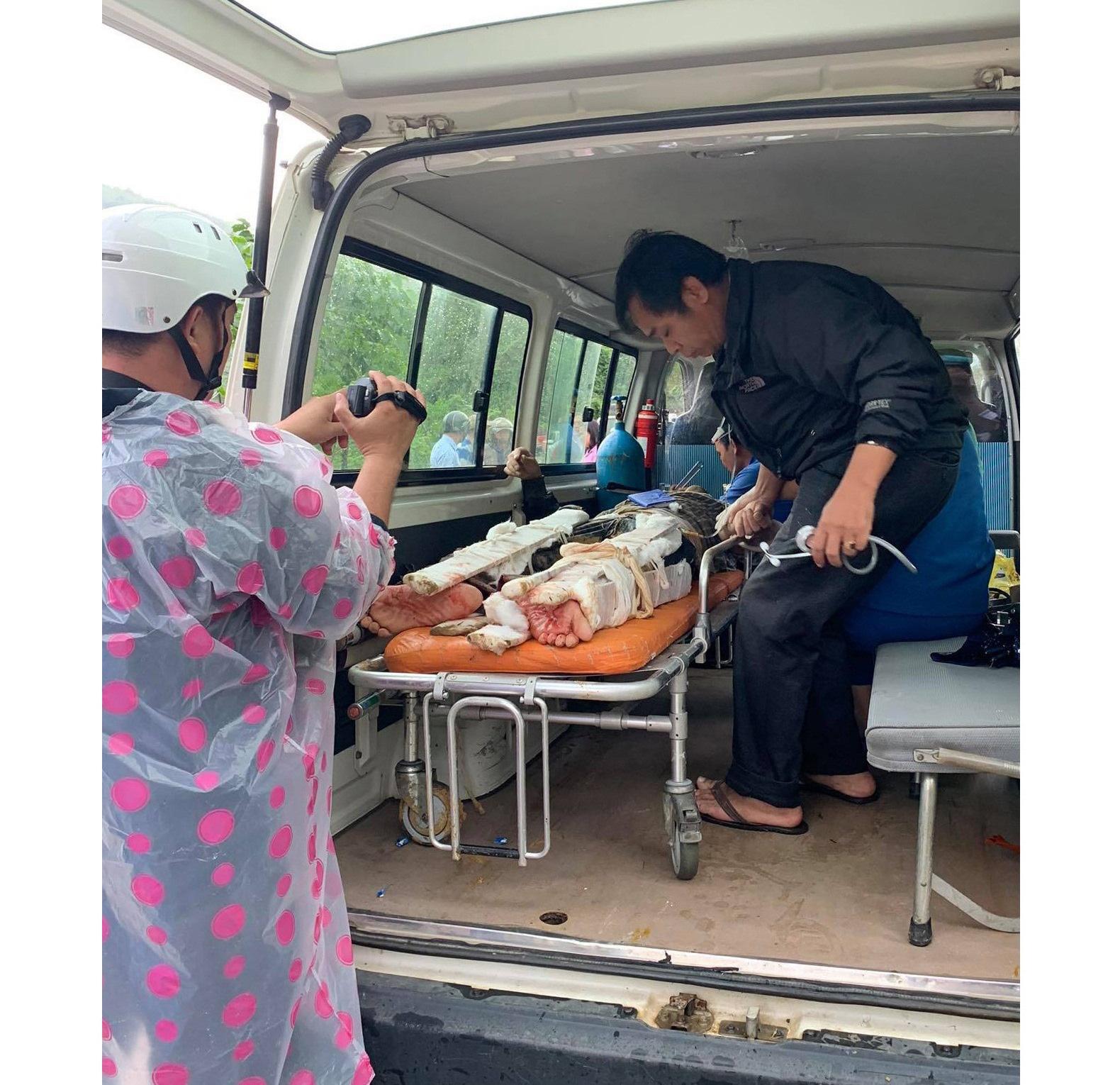 Lở núi kinh hoàng ở Quảng Nam: Cấm đường, chuyển 2 người bị thương nặng lên tuyến trên - Ảnh 2.