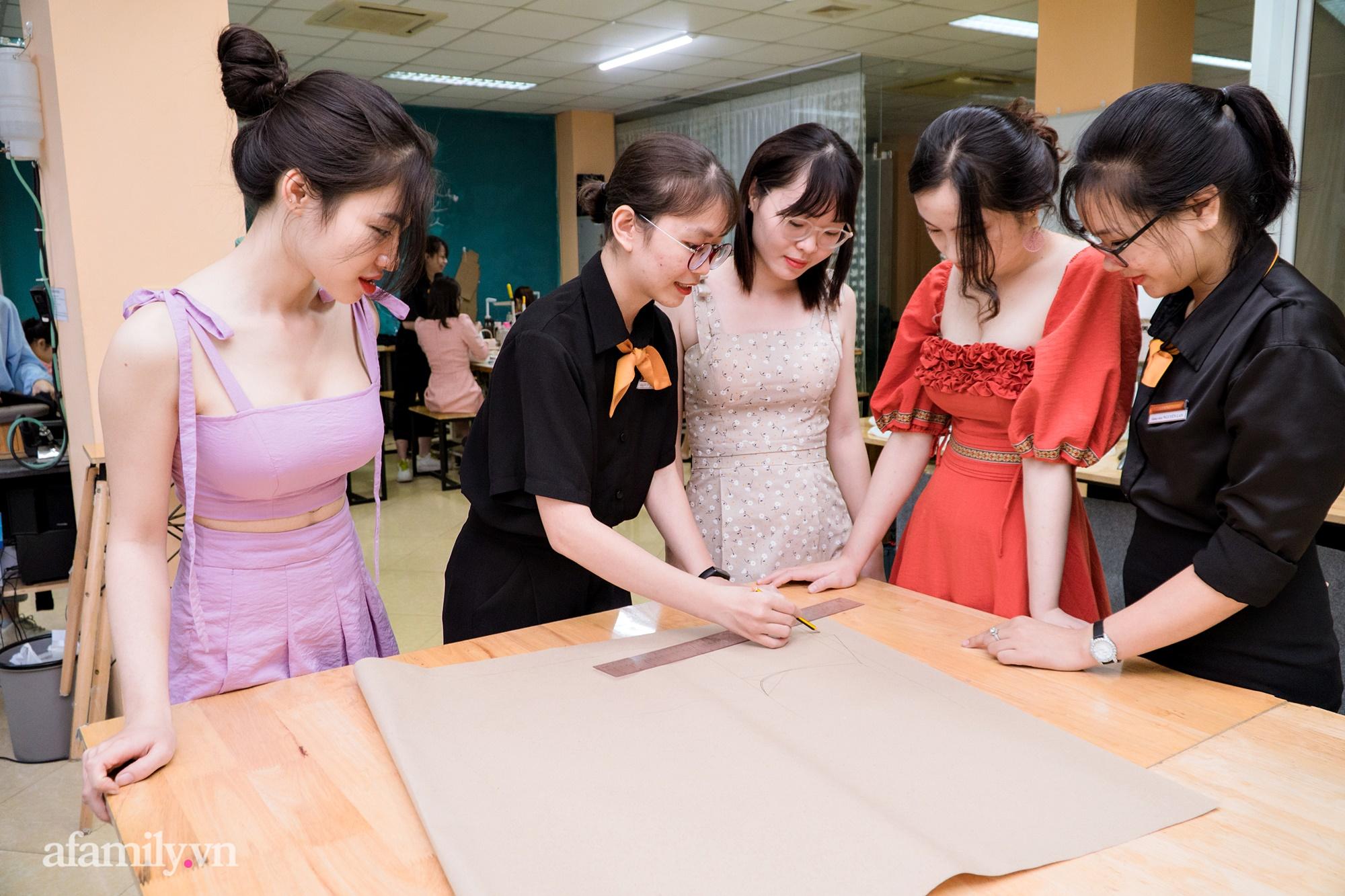 """""""Mục sở thị"""" lớp học cắt may thời trang ứng dụng: Thú vui mới điểm tô cho cuộc sống bận rộn của những quý cô thị thành - Ảnh 5."""