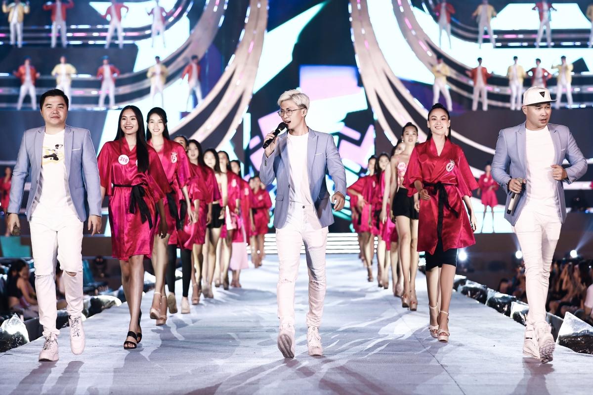 Lộ diện sân khấu tổng duyệt đêm thi Hoa hậu Biển - Chung kết HHVN 2020: HH Tiểu Vy đeo cánh thiên thần, dân tình thi nhau nhận xét như Victoria's Secret show - Ảnh 3.