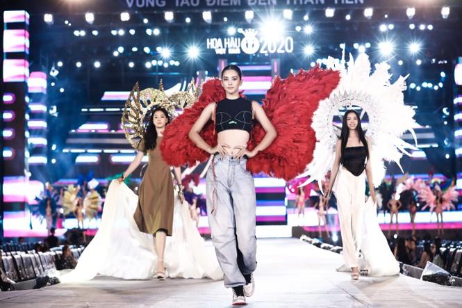 Lộ diện sân khấu tổng duyệt đêm thi Hoa hậu Biển - Chung kết HHVN 2020: HH Tiểu Vy đeo cánh thiên thần, dân tình thi nhau nhận xét như Victoria's Secret show - Ảnh 2.
