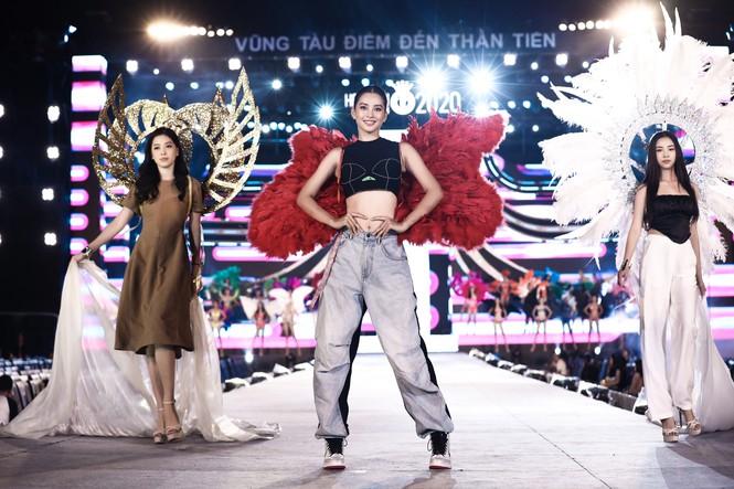 Lộ diện sân khấu tổng duyệt đêm thi Hoa hậu Biển - Chung kết HHVN 2020: HH Tiểu Vy đeo cánh thiên thần, dân tình thi nhau nhận xét như Victoria's Secret show - Ảnh 1.