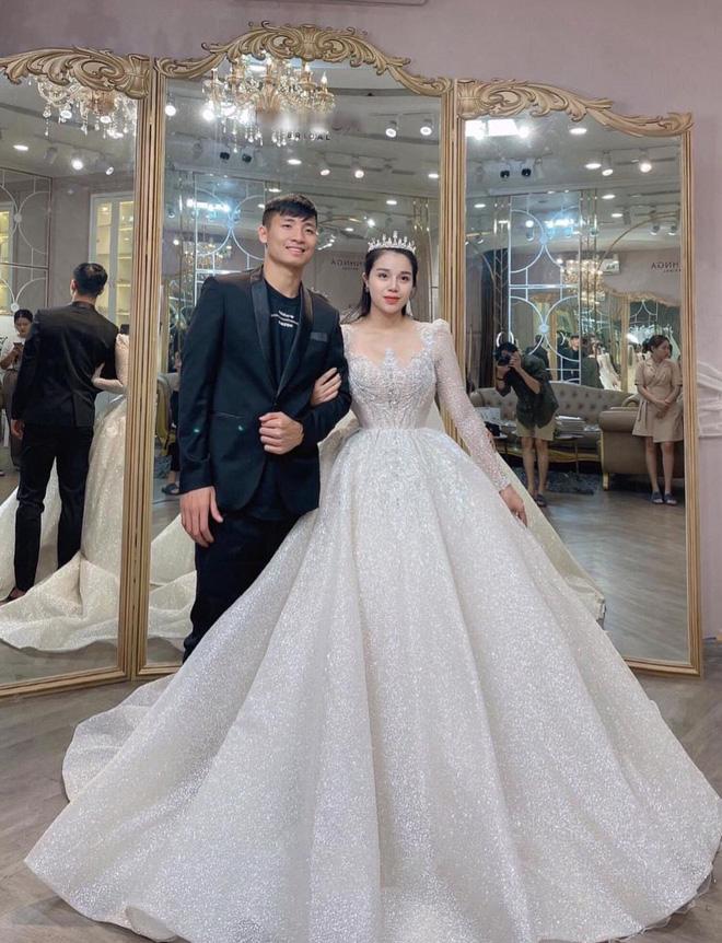 Lộ ảnh Khánh Linh diện váy cưới xinh đẹp bên Tiến Dũng bảnh bao: Đúng cô dâu - chú rể đây rồi - Ảnh 1.
