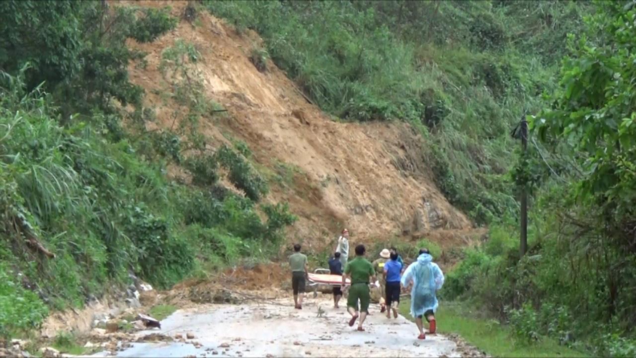 Lở núi kinh hoàng ở Quảng Nam: Cấm đường, chuyển 2 người bị thương nặng lên tuyến trên - Ảnh 5.