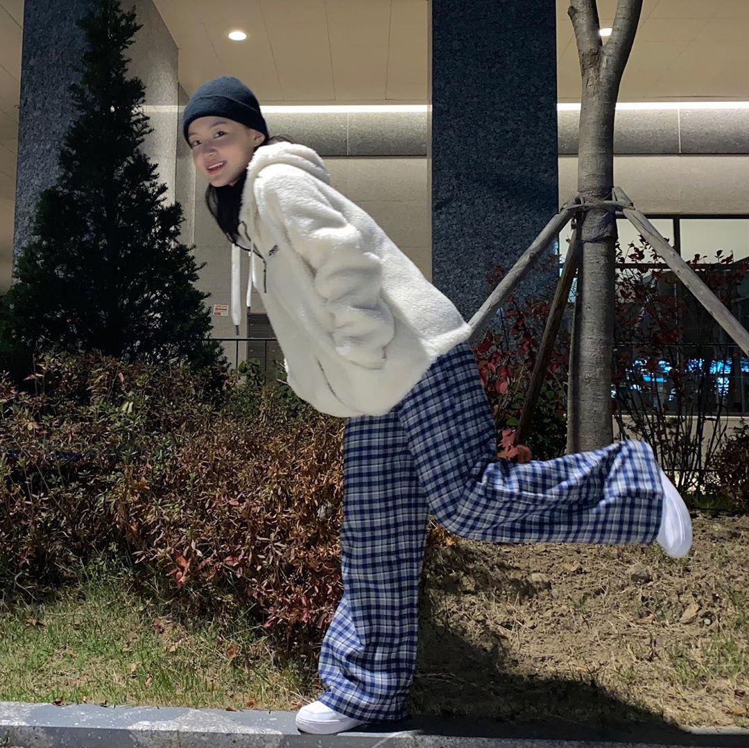 Sao Hàn đang lăng xê mẫu áo khoác lông cừu, mặc vào là tự tin chiến với mùa lạnh này luôn - Ảnh 1.