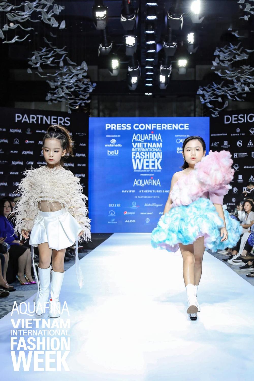 Họp báo Aquafina Tuần lễ thời trang Quốc tế Việt Nam: Phương Mai khoe vòng 1 thách thức, hé lộ mẫu thiết kế trong BST mở màn đến từ NTK Công Trí - Ảnh 12.