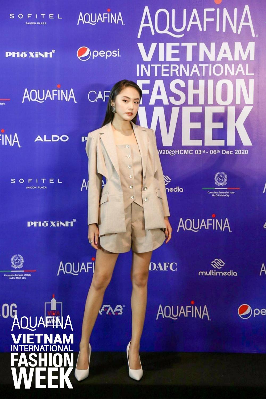 Họp báo Aquafina Tuần lễ thời trang Quốc tế Việt Nam: Phương Mai khoe vòng 1 thách thức, hé lộ mẫu thiết kế trong BST mở màn đến từ NTK Công Trí - Ảnh 2.