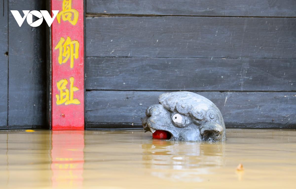Ảnh: Lần thứ 7 trong vòng hơn 1 tháng, phố cổ Hội An ngập trong nước lũ - Ảnh 12.
