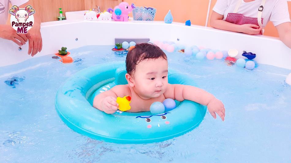 """Xu hướng bơi thủy liệu là gì mà cha mẹ """"đổ xô"""" cho con trải nghiệm? - Ảnh 1."""