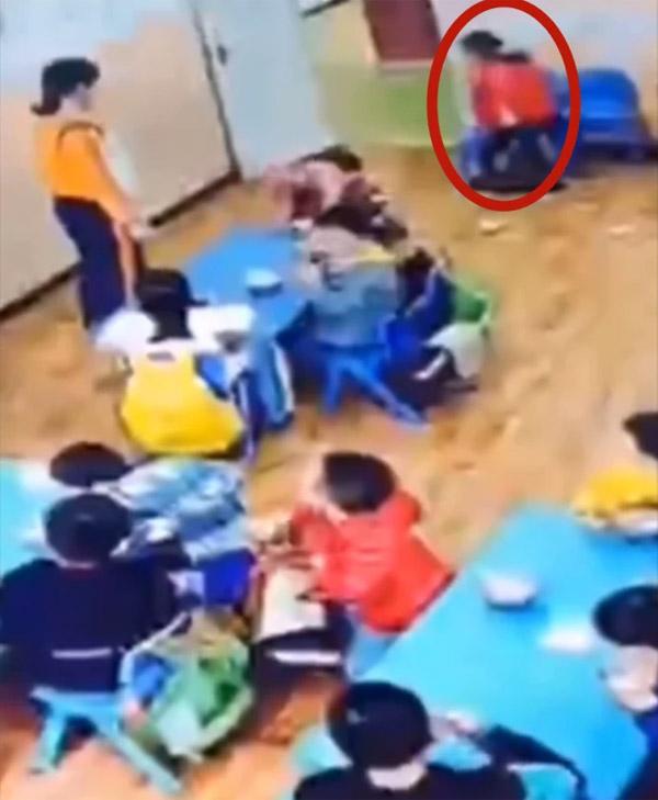 Bị cô giáo nhắc nhở, cậu bé mẫu giáo liền phản ứng một cách dữ dội ít ai ngờ tới - Ảnh 1.