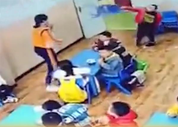 Bị cô giáo nhắc nhở, cậu bé mẫu giáo liền phản ứng một cách dữ dội ít ai ngờ tới - Ảnh 2.