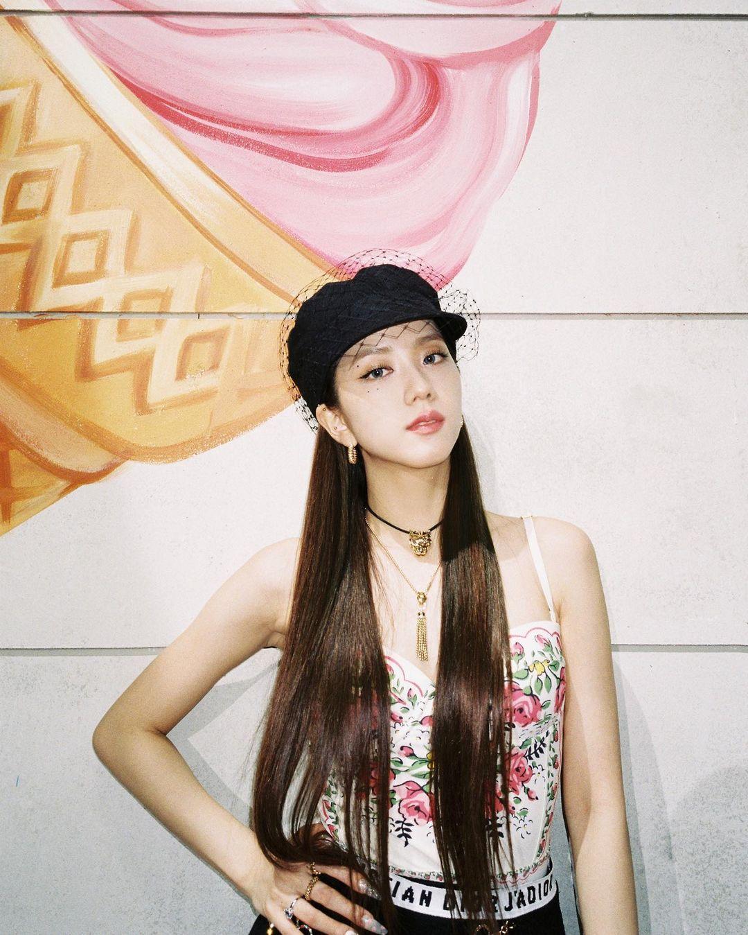 Jisoo sexy, Yoona lại đơn giản và cá tính khi cùng đụng mũ hàng hiệu 18 triệu - Ảnh 1.