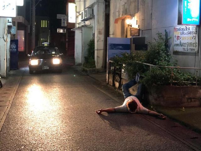 Hàng nghìn người thi nhau ngủ ngoài đường hàng năm tại Nhật, thậm chí là cởi bỏ hết quần áo, vậy đây là hiện tượng gì mà đến cảnh sát cũng bất lực? - Ảnh 2.