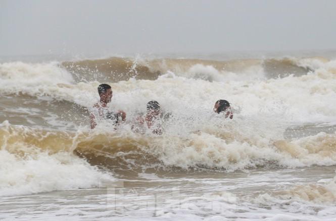 Biển động sóng cao phủ đầu, người dân Đà Nẵng vẫn liều mình tắm biển sau bão - Ảnh 4.