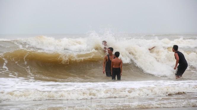 Biển động sóng cao phủ đầu, người dân Đà Nẵng vẫn liều mình tắm biển sau bão - Ảnh 2.