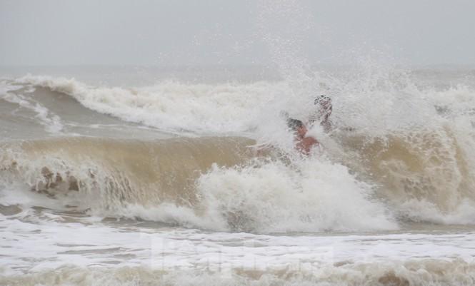 Biển động sóng cao phủ đầu, người dân Đà Nẵng vẫn liều mình tắm biển sau bão - Ảnh 3.