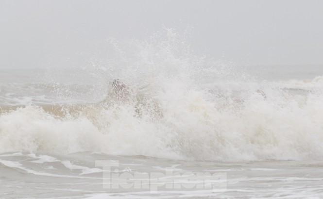 Biển động sóng cao phủ đầu, người dân Đà Nẵng vẫn liều mình tắm biển sau bão - Ảnh 7.