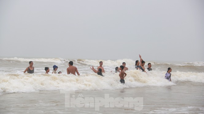 Biển động sóng cao phủ đầu, người dân Đà Nẵng vẫn liều mình tắm biển sau bão - Ảnh 5.