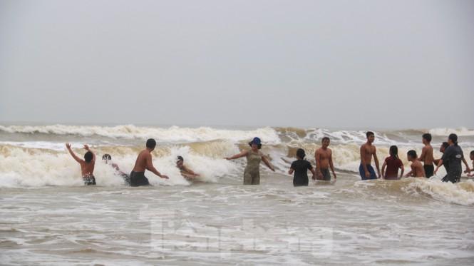 Biển động sóng cao phủ đầu, người dân Đà Nẵng vẫn liều mình tắm biển sau bão - Ảnh 11.