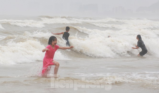 Biển động sóng cao phủ đầu, người dân Đà Nẵng vẫn liều mình tắm biển sau bão - Ảnh 9.