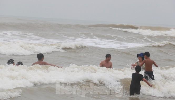 Biển động sóng cao phủ đầu, người dân Đà Nẵng vẫn liều mình tắm biển sau bão - Ảnh 10.