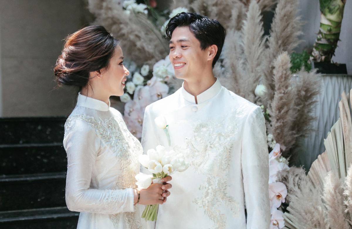 """Lên xe hoa cách nhau 4 năm, cô dâu của Công Phượng bất ngờ giống """"y chang"""" Mai Ngọc khi diện áo dài nhung đỏ trong ngày trọng đại - Ảnh 2."""