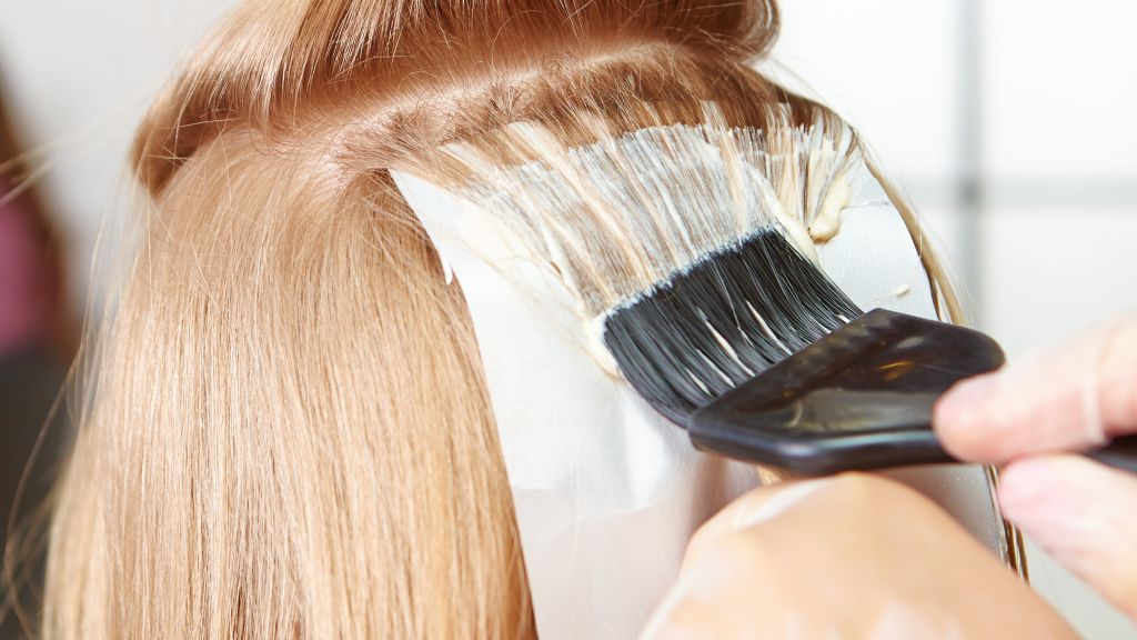 Cuối năm muốn nhuộm tóc tại nhà, hội chị em cần thuộc nằm lòng 6 tip này để lên màu đẹp như ngoài tiệm - Ảnh 4.