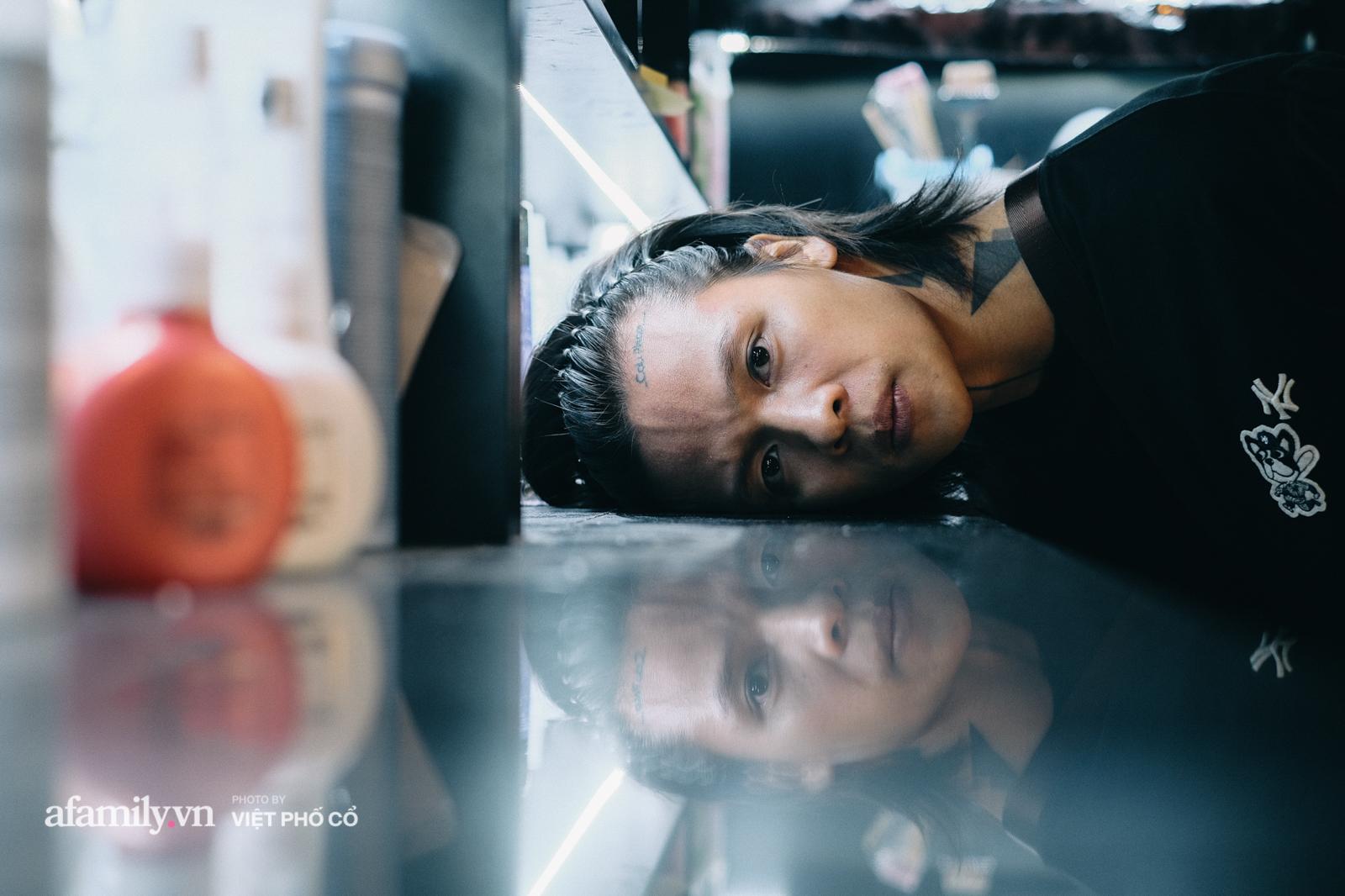 Cali Phạm: Từ cú vấp ngã trượt đại học, nhờ 1 câu nói của bố mà đạp xe vòng quanh Hà Nội để học cắt tóc và chia sẻ về 1 điều không bao giờ nói dối khách hàng  - Ảnh 4.