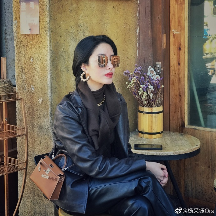 Mix & Phối - Cô nàng Trung Hoa trót mê style Pháp: Đến áo len cổ lọ cũng có cách hack dáng thon gọn, chưa kể 5 tips khác cũng hay ho không kém - chanvaydep.net 9