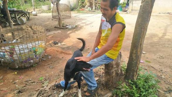Chú chó khuyết tật sủa ầm ĩ khiến dân làng chạy ra đuổi đánh nhưng khi phát hiện sự thật được chôn giấu dưới gốc cây, cả làng cảm động biết ơn con chó - Ảnh 3.