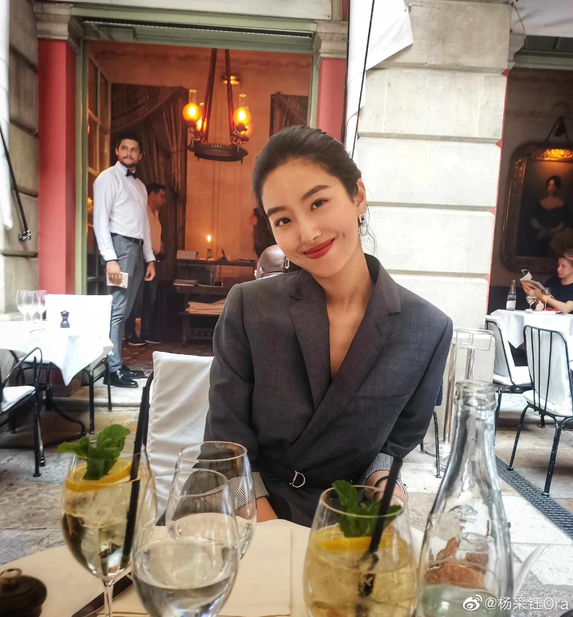 Mix & Phối - Cô nàng Trung Hoa trót mê style Pháp: Đến áo len cổ lọ cũng có cách hack dáng thon gọn, chưa kể 5 tips khác cũng hay ho không kém - chanvaydep.net 3