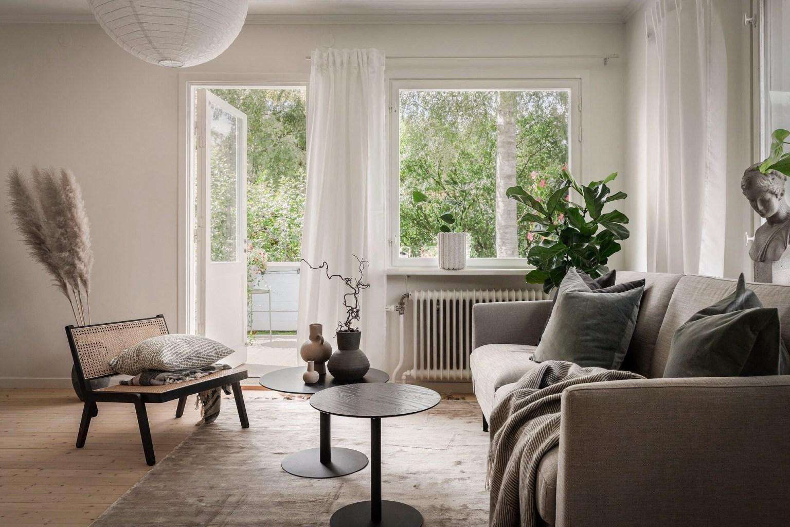 """10 living room sofa 1605688715277904460239 - Căn nhà cấp 4 màu xanh da trời nhìn ngoài thì bình thường mà bên trong khiến ai cũng """"sững sờ"""""""
