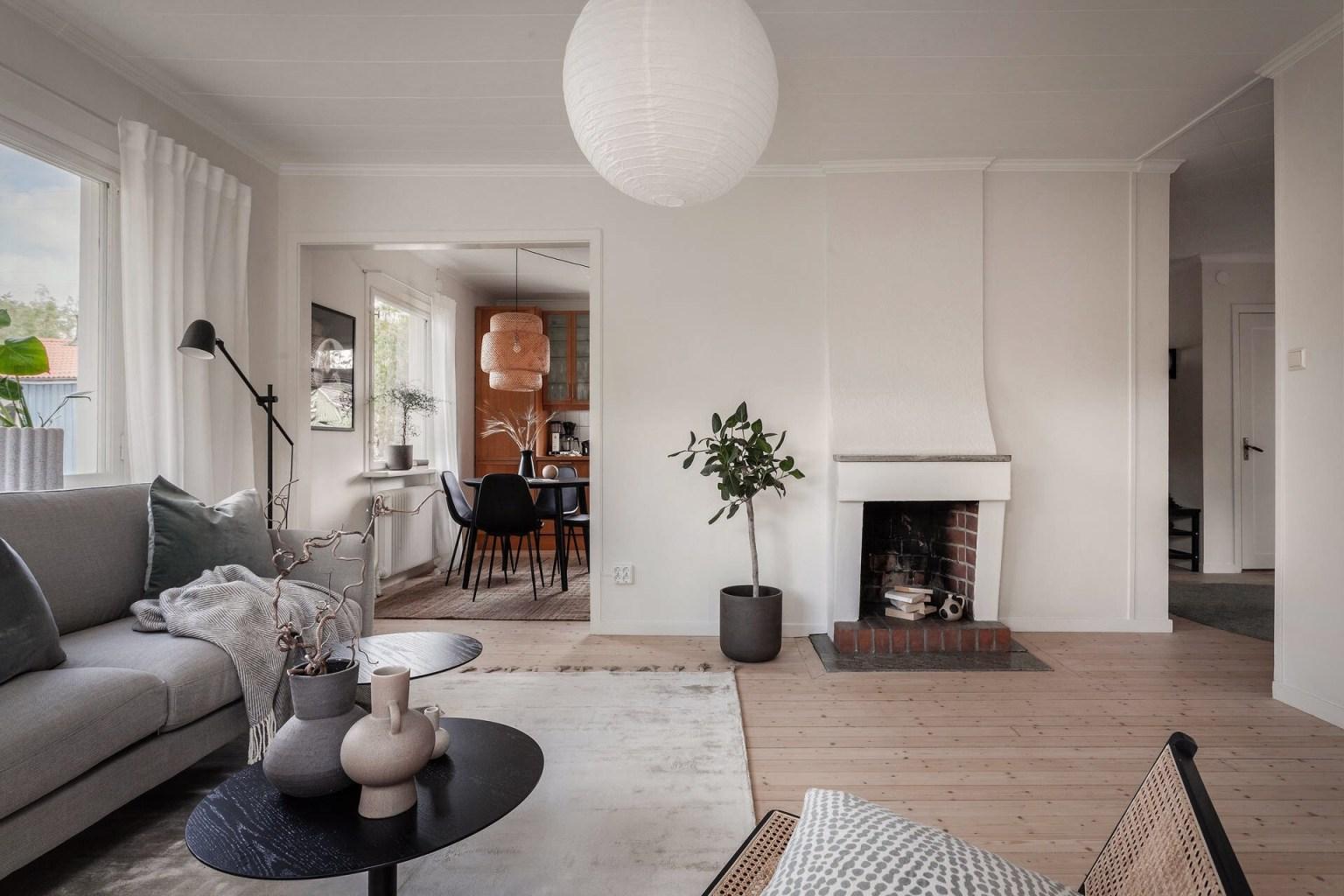 """11 living room fireplace 1605688715251221632789 - Căn nhà cấp 4 màu xanh da trời nhìn ngoài thì bình thường mà bên trong khiến ai cũng """"sững sờ"""""""