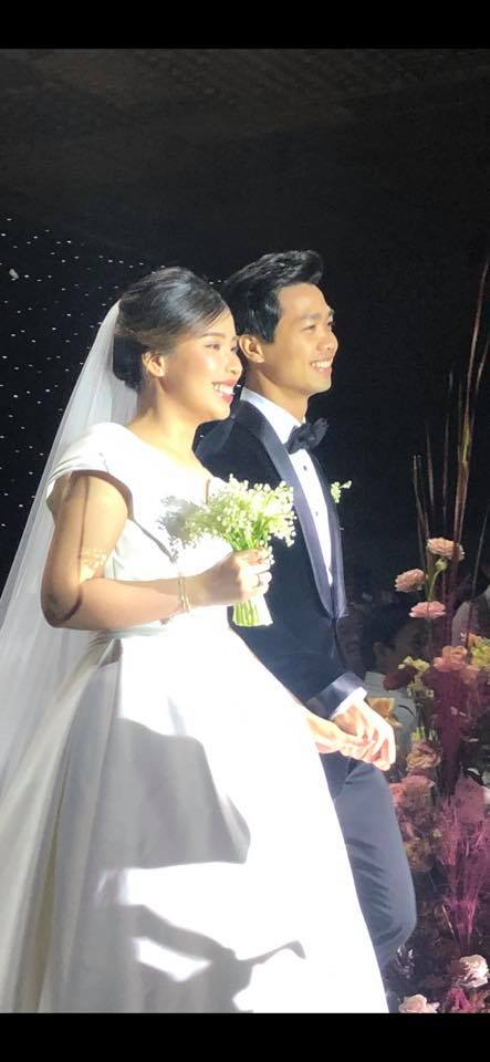 Hai bức ảnh vô cùng đáng giá trong tiệc cưới Công Phượng: Tiến vào hôn trường vẫn cùng cười toe toét, khi hôn cô dâu vẫn có thái độ vô cùng đặc biệt! - Ảnh 1.