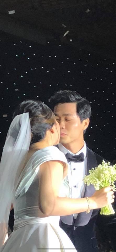 Hai bức ảnh vô cùng đáng giá trong tiệc cưới Công Phượng: Tiến vào hôn trường vẫn cùng cười toe toét, khi hôn cô dâu vẫn có thái độ vô cùng đặc biệt! - Ảnh 2.