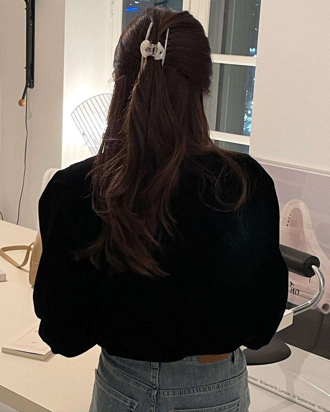 Chẳng cần nhuộm tóc màu mè, chị em vẫn trẻ trung hết nấc khi để tóc tối màu nhờ 4 tip sau - Ảnh 7.