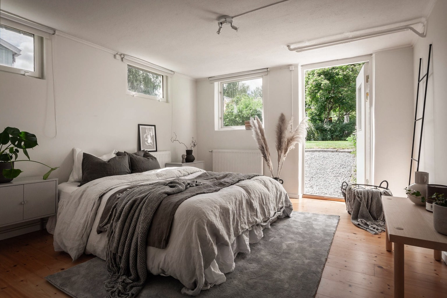 """31 beige bedroom 16056887134481713431948 - Căn nhà cấp 4 màu xanh da trời nhìn ngoài thì bình thường mà bên trong khiến ai cũng """"sững sờ"""""""