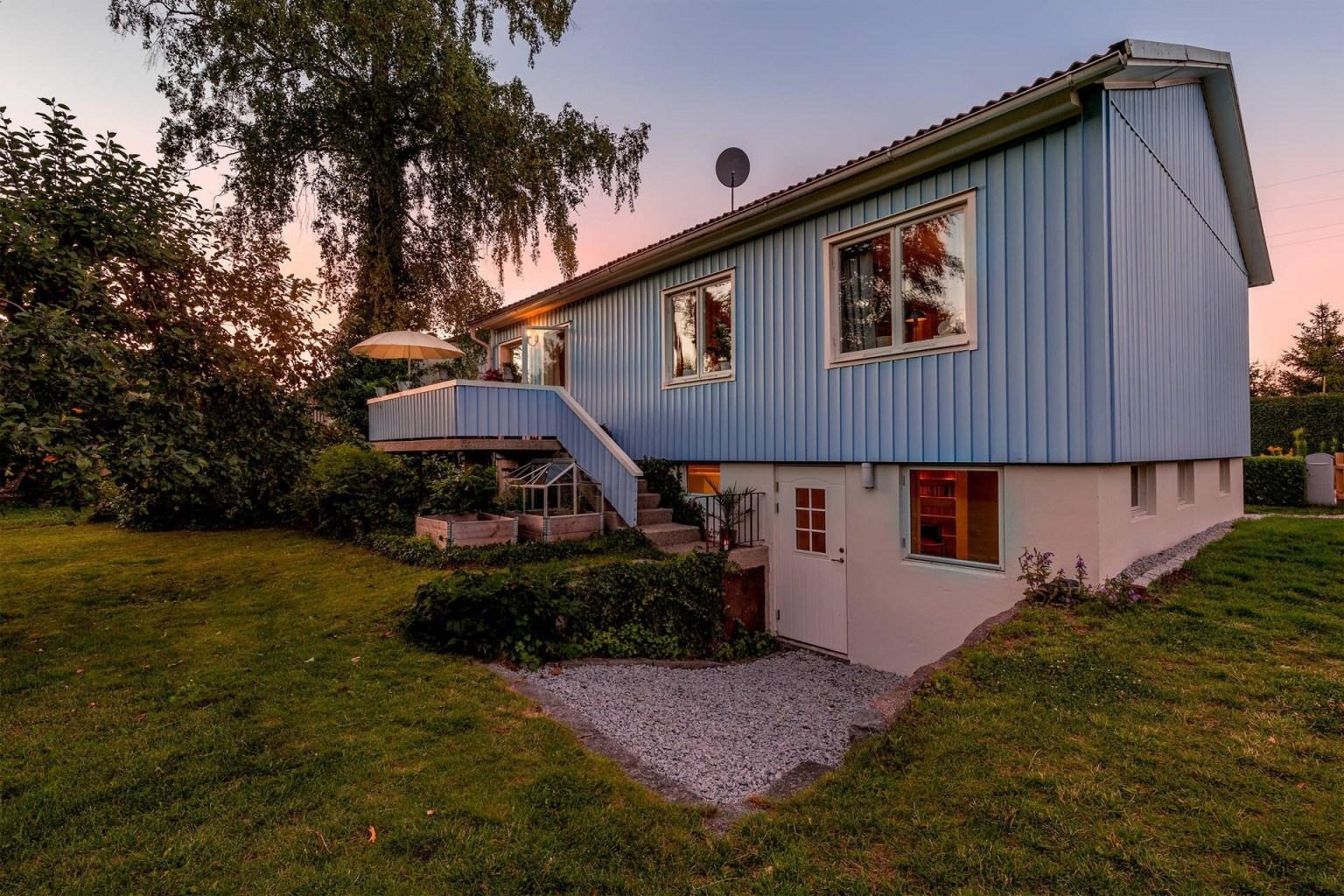 """33 house backyard 1605688713426108896376 - Căn nhà cấp 4 màu xanh da trời nhìn ngoài thì bình thường mà bên trong khiến ai cũng """"sững sờ"""""""