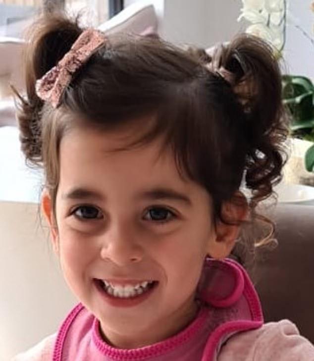 Bé gái 2 tuổi tử vong sau 2 ngày nằm viện vì bị mắc nghẹn bởi món xúc xích quen thuộc - Ảnh 1.