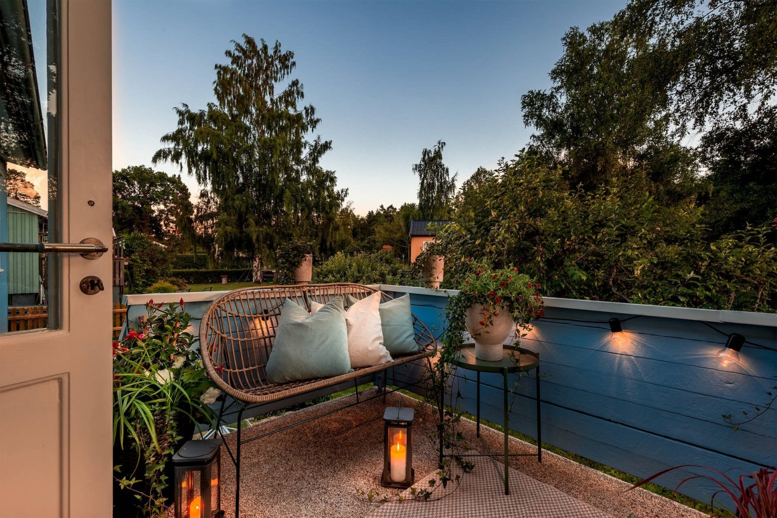 """36 terrace evening lighting 16056887133982035945901 - Căn nhà cấp 4 màu xanh da trời nhìn ngoài thì bình thường mà bên trong khiến ai cũng """"sững sờ"""""""