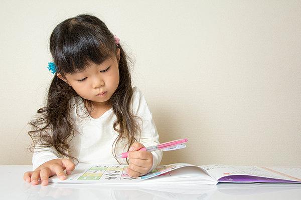 """3 biểu hiện này chứng tỏ não phải phát triển mạnh, cha mẹ trau dồi thường xuyên sẽ giúp trẻ trở thành """"nhà phát minh"""" trong tương lai - Ảnh 1."""