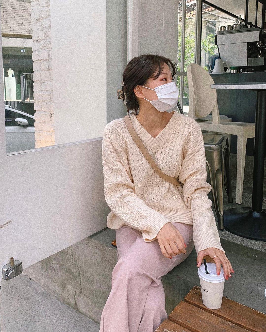 Đáng sắm nhất lúc này là áo len trắng vì có 10 cách diện trang nhã đẹp mê, nàng nào cũng áp dụng được - Ảnh 9.