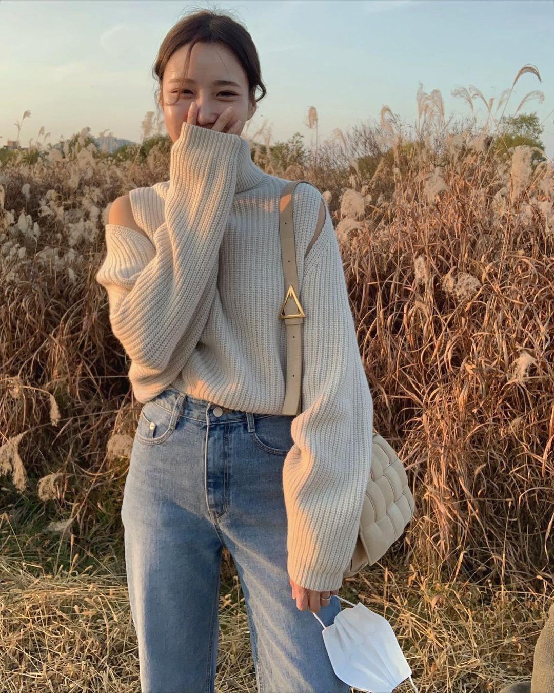 Đáng sắm nhất lúc này là áo len trắng vì có 10 cách diện trang nhã đẹp mê, nàng nào cũng áp dụng được - Ảnh 7.