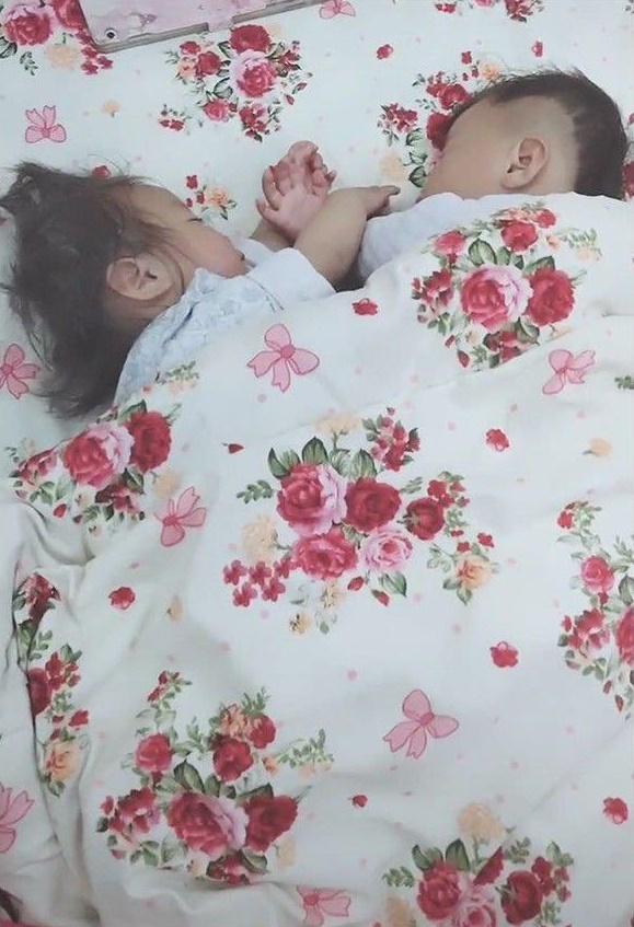Cặp sinh đôi trai gái thường xuyên chí chóe, tranh giành nhau, đợi hai con ngủ say bà mẹ lật chăn lên thì lập tức mỉm cười hạnh phúc - Ảnh 1.
