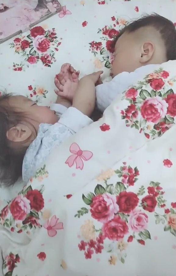 Cặp sinh đôi trai gái thường xuyên chí chóe, tranh giành nhau, đợi hai con ngủ say bà mẹ lật chăn lên thì lập tức mỉm cười hạnh phúc - Ảnh 3.