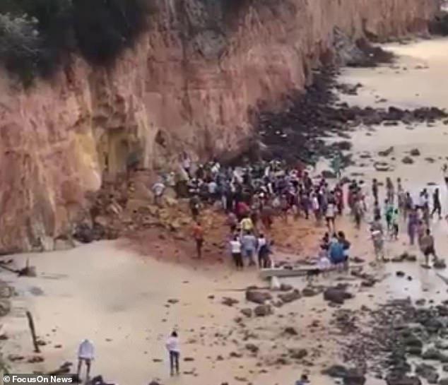 Nghỉ mát ở bãi biển nổi tiếng, gia đình 3 người chết tức tưởi vì vách đá sụp đổ, tư thế của người mẹ khi được tìm thấy gây nhói lòng - Ảnh 2.